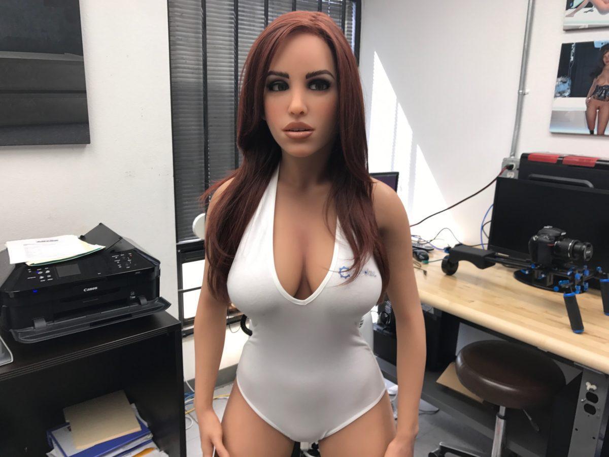 Robô sexual que se confunde com uma mulher - Emma
